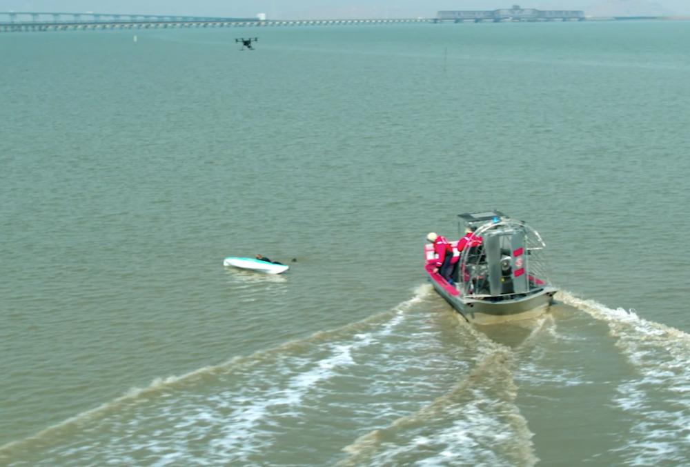 Drone hỗ trợ cứu hộ trong các khu vui chơi