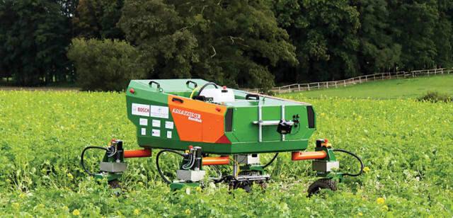 Robot làm cỏ và chăm sóc cây trồng